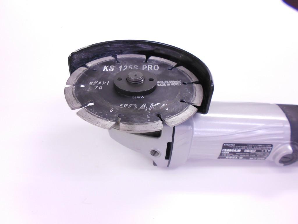通常のビス穴なしタイプのダイヤを取付けたディスクグラインダー